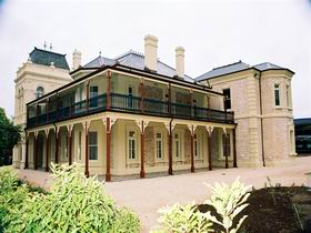 Auchendarroch House and Wallis Tavern - Accommodation in Bendigo